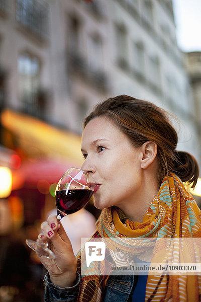 Frankreich  Paris  Junge Frau trinkt Rotwein