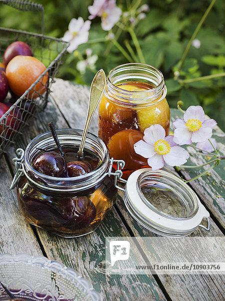 Schweden  Konservierte Pflaumen im Glas auf dem Tisch