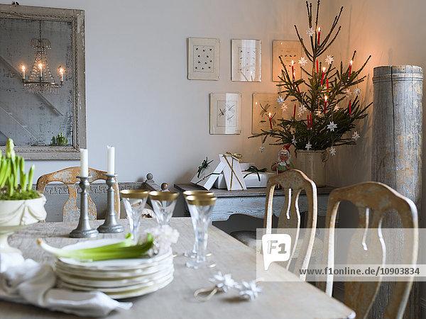 Schweden  Eleganter Esstisch und Weihnachtsbaum im Wohnzimmer