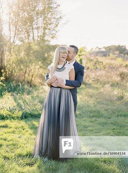 Schweden  Bräutigam umarmt Braut