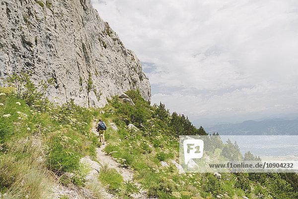 Frankreich  Pelleautier  Ceuse  Junger Mann auf Bergwanderweg