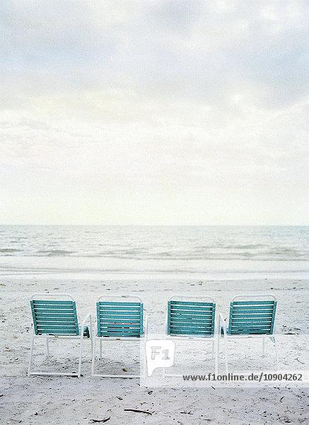USA  Florida  Sanibel Island  Vier leere Klappstühle am Strand