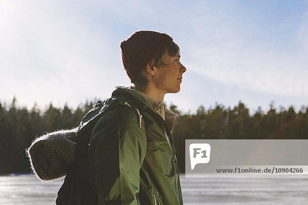 Finnland  Esbo  Kvarntrask  Portrait eines jungen Mannes am Ufer des Waldsees