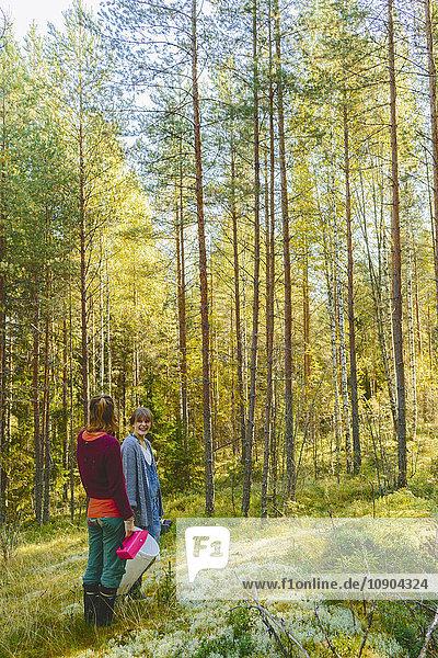 Finnland  Etela-Savo  Huttula  Zwei Frauen beim Pilzsammeln im Wald