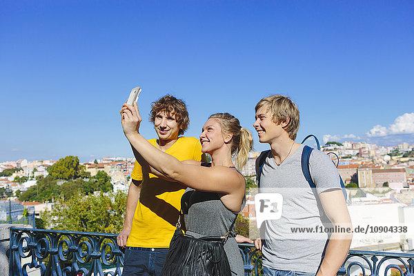 Portugal  Lissabon  Drei Leute  die sich selbst in der Stadt nehmen