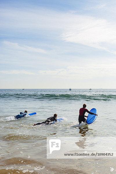 Portugal  Lissabon  Drei Personen auf Surfbrettern