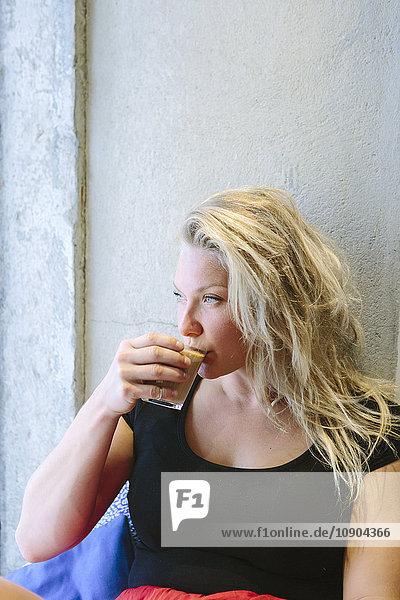 Portugal  Lissabon  Portrait einer jungen Frau beim Kaffeetrinken