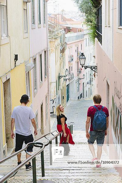 Portugal  Lissabon  Drei Leute  die die Treppe hinuntergehen.