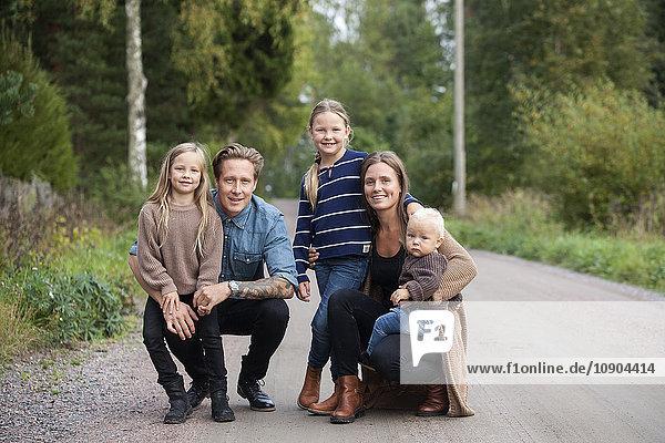 Finnland  Uusimaa  Raasepori  Karjaa  Porträt einer Familie mit drei Kindern (12-17 Monate  6-7)