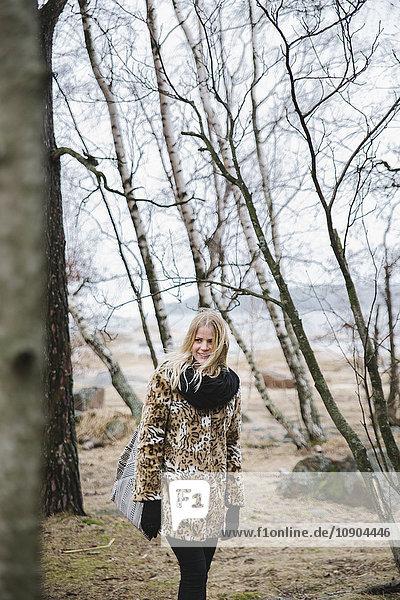 Finnland  Helsinki  Lauttasaari  Junge Frau im kahlen Wald
