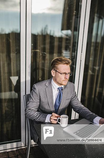 Finnland  Helsinki  Geschäftsmann am Kaffeetisch