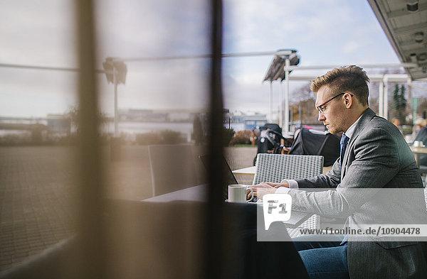Finnland  Helsinki  Geschäftsmann im Outdoor-Café