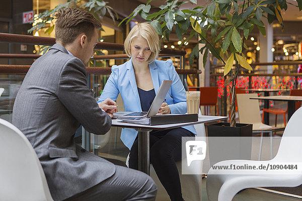 Finnland  Helsinki  Geschäftsmann und Geschäftsfrau im Café
