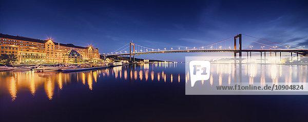 Schweden  Vastra Gotaland  Göteborg  Beleuchtete Alvsborg-Brücke bei Dämmerung