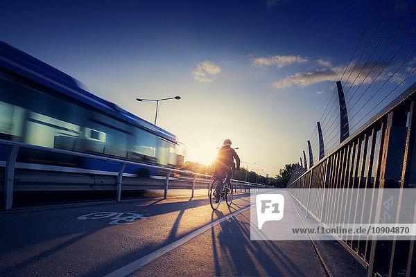Schweden  Stockholm  Radfahrer und Bus auf der Brücke