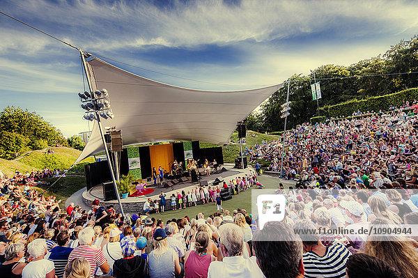 Schweden  Skane  Malmö  Crowd watching Performance auf der Außenbühne