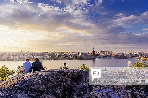 Schweden  Stockholm  Sodermalm  Skinnarviksparken  Skinnarviksberget  Leute die den Abend im Park verbringen