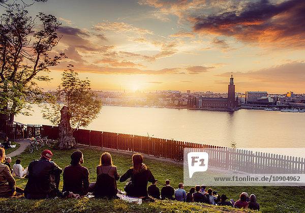 Schweden  Sodermalm  Mariaberget  Ivar Los Park  Leute  die im Park entspannen