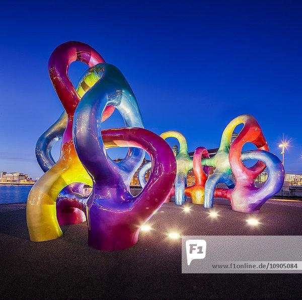 Schweden  Skane  Malmö  Anna Lindhs Plats  Waterfront-Skulpturen in der Abenddämmerung beleuchtet