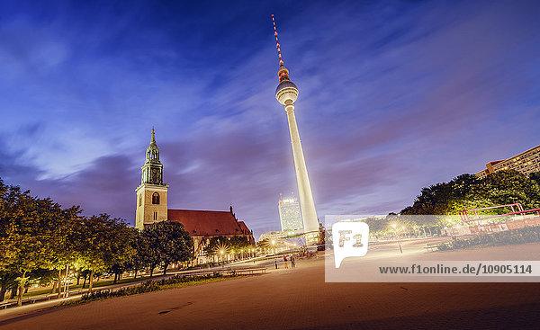 Deutschland  Berlin  Fernsehturm Berlin beleuchtet gegen den Dämmerungshimmel