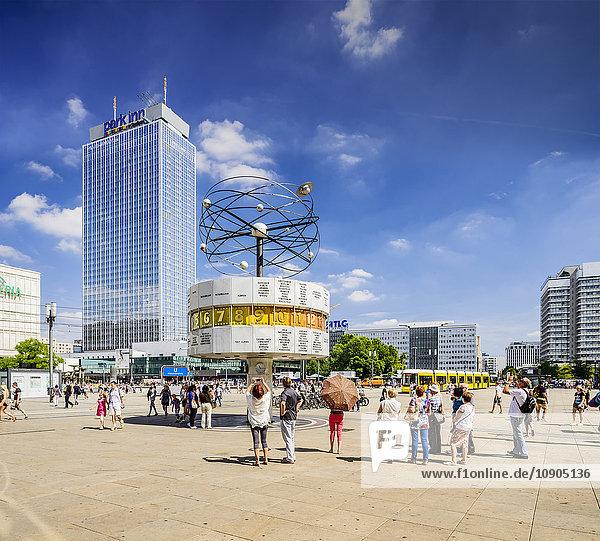 Deutschland  Berlin  Alexanderplatz  Touristen rund um Weltzeituhr