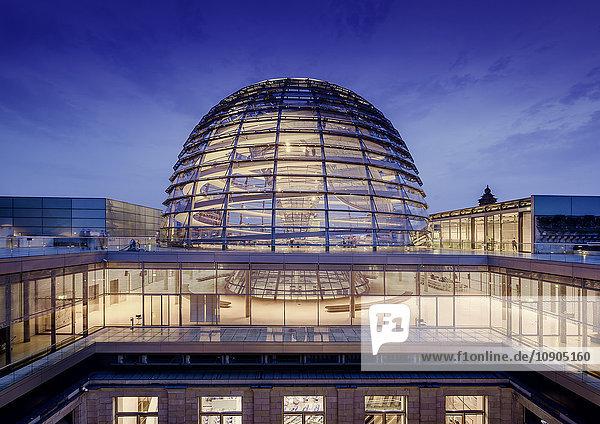 Deutschland  Berlin  Lichtkuppel des Bundestages