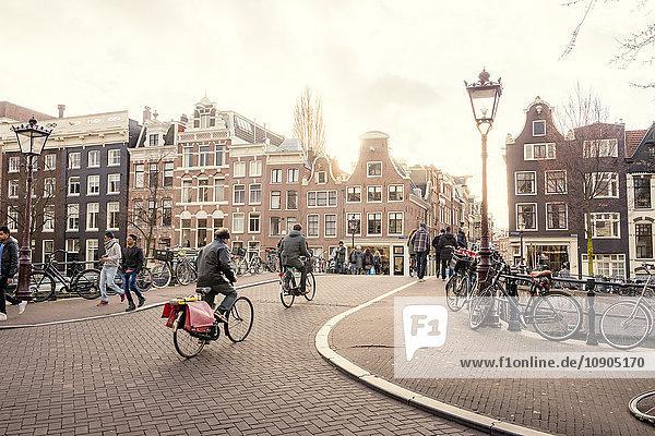 Niederlande  Nordholland  Amsterdam  Radfahrer in der Altstadtstraße