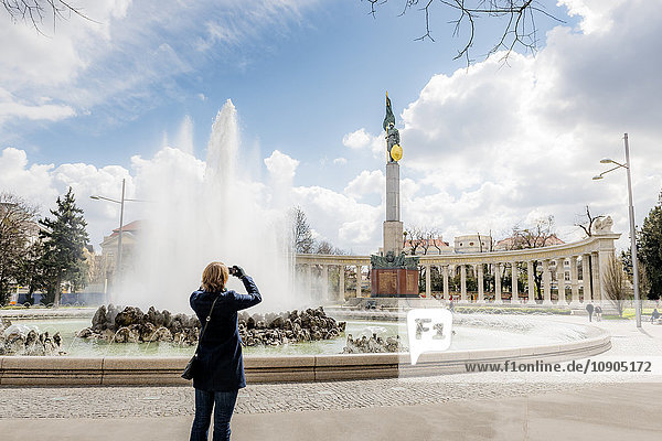 Österreich  Wien  Schwarzenbergplatz  Frau fotografiert Statue