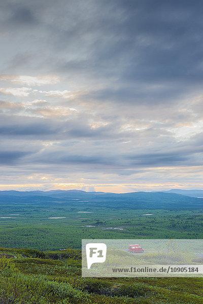 Schweden  Lappland  Kiruna  Luossavaara  Landschaftsansicht und Auto auf schmutziger Straße