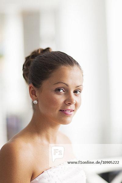 Schweden  Portrait der jungen Braut lächelnd
