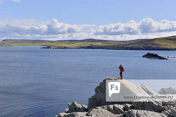UK  Schottland  Shetland  Yell  Otterswick  Seniorin beim Plündern in der Bucht