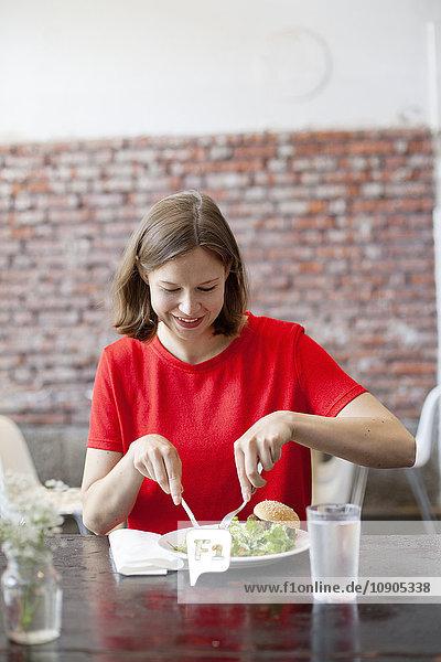 Finnland  Lächelnde Frau beim Mittagessen