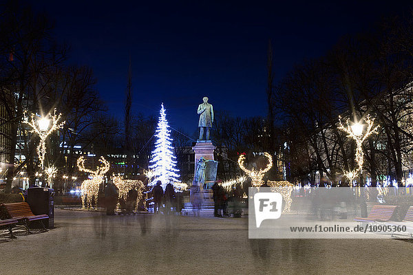 Finnland  Helsinki  Esplanadin puisto  Stadtplatz beleuchtet mit Weihnachtsbeleuchtung