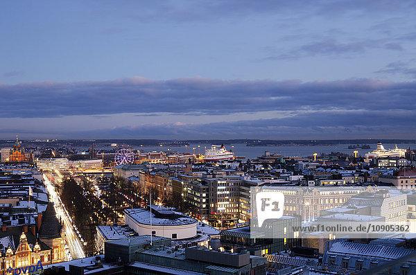 Finnland  Helsinki  Beleuchtetes Stadtbild in der Abenddämmerung