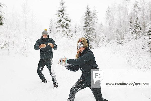 Finnland  Jyvaskyla  Saakoski  Junges Paar mit Schneeballschlacht