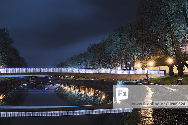Finnland  Varsinais-Suomi  Turku  Leuchtbrücke über den Fluss bei Nacht