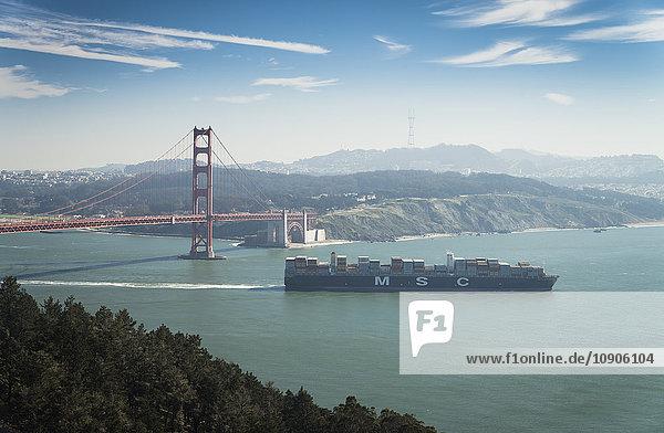 USA  Kalifornien  San Francisco  Containerschiff an der Golden Gate Bridge