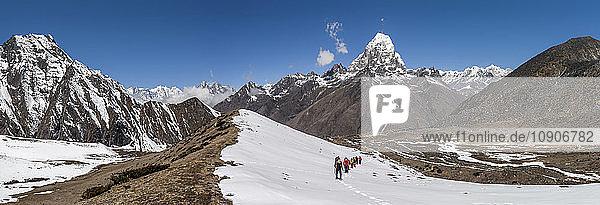 Nepal  Himalaya  Solo Khumbu  Ama Dablam  group of Gurkhas trekking