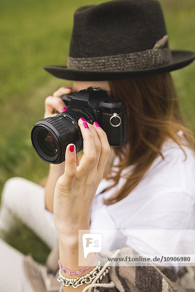 Frau fotografiert in der Natur