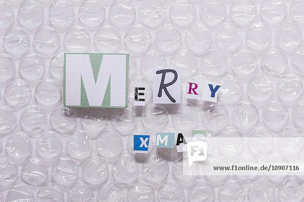 Frohe Weihnachten  Buchstaben auf Luftpolsterfolie
