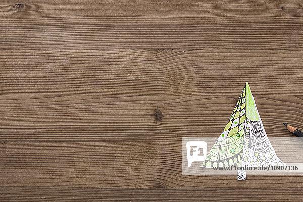 Weihnachtsbaum in Zentangle auf Holz gezeichnet