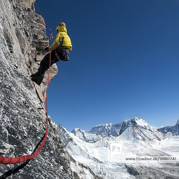 Nepal  Himalaya  Solo Khumbu  Everest-Region Ama Dablam  Bergsteiger mit Seil an der Felswand