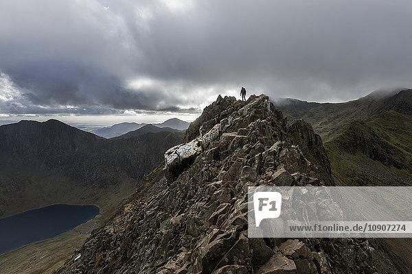 Großbritannien  Nordwales  Snowdonia  Cwm Glas  Garnedd Ugain  Clogwyn y Parson  Wanderer