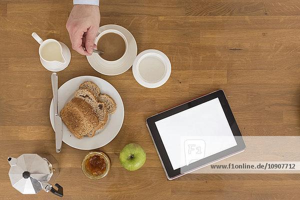 Frühstückstisch mit digitalem Tablett