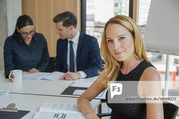 Porträt einer selbstbewussten Geschäftsfrau in einer Besprechung