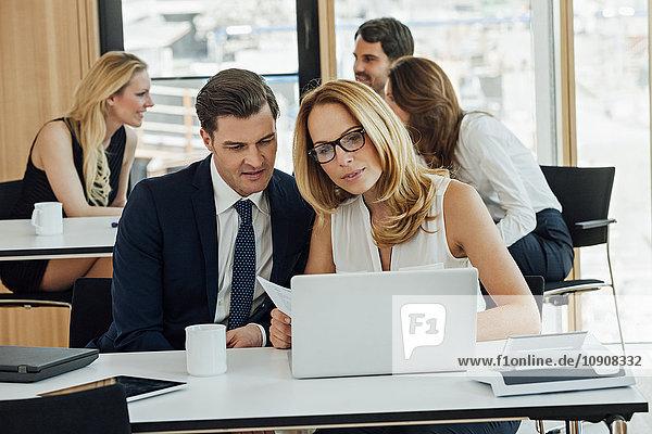 Geschäftsmann und Geschäftsfrau bei der Arbeit am Schreibtisch