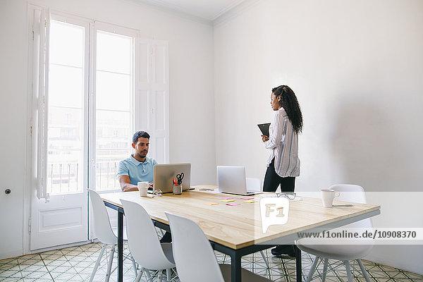 Jungunternehmer und Büroangestellte