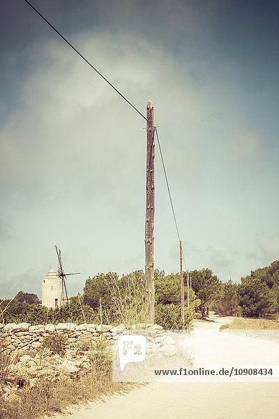 Spanien  Formentera  El Pilar de la Mola  Blick auf die Windmühle Moli vell de la Mola