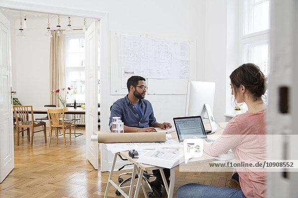 Zwei Kreativprofis  die im Büro arbeiten