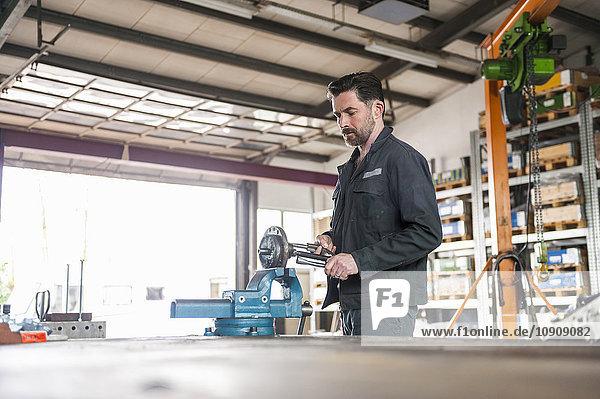 Mechanische Bearbeitung  Werkbank  Schraubstock